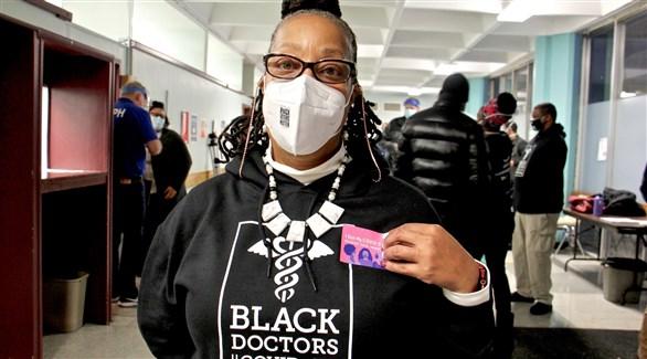 أمريكي أسود في مركز للتطعيم ضد كورونا (أرشيف)