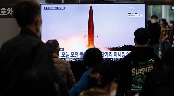 أشخاص يتابعون الأخبار الواردة عن إطلاق الصواريخ (أرشيف / أ ب)