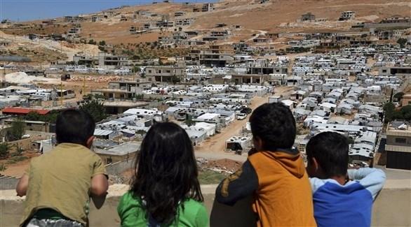 أعين الأطفال شاخصة إلى أحد مخيمات الاجئين في لبنان (أرشيف / أ ب)