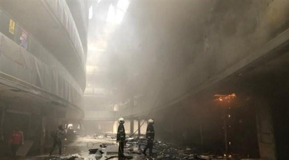 رجال إطفاء يحاولون إخماد الحريق في المستشفى الهندي (تويتر)