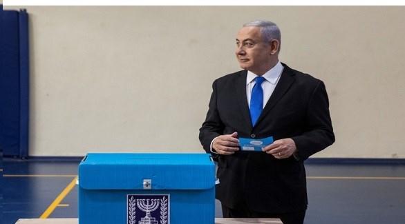 رئيس الوزراء الإسرائيلي بنيامين نتانياهو أمام صندوق انتخابي (أرشيف)