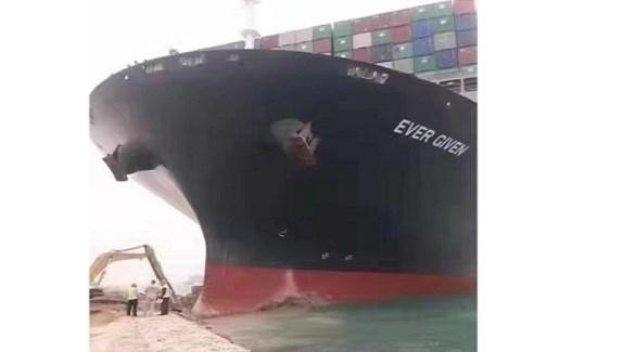 السفينة العملاقة العالقة في قناة السويس أمام عمال يحاولون تعويمها (تويتر)