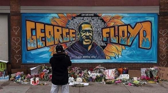 أمريكي يصور جدارية لجورج فلويد (أرشيف)