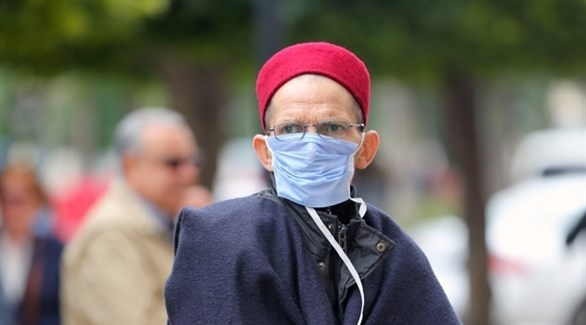 مسن تونسي يضع كمامة للوقاية من فيروس كورونا (أرشيف)