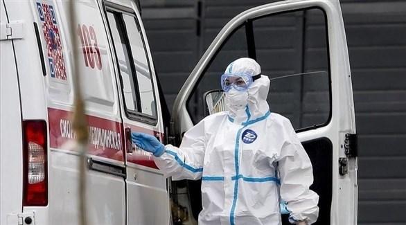 عاملة صحية أمام سيارة إسعاف في روسيا (أرشيف)