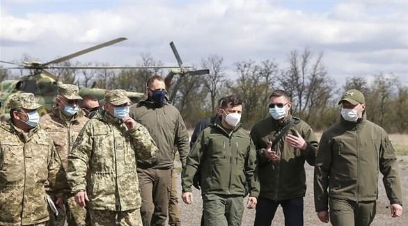 الرئيس الأوكراني يتفقد القوات في دونباس (أ ف ب )