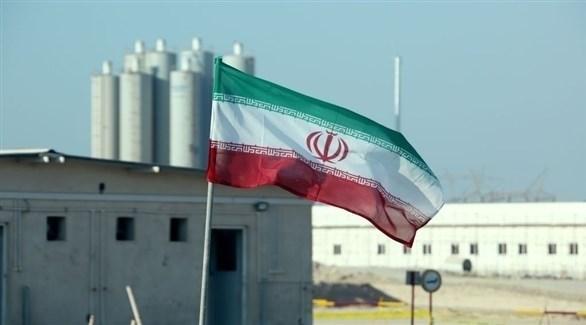 العلم الإيراني بالقرب من إحدى المنشآت النووية (أرشيف / غيتي)