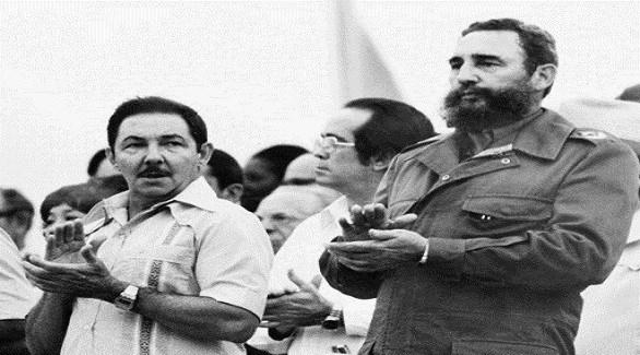 الشقيقان فيدال وراؤول كاسترو بعد وصولهما إلى السلطة في كوبا (أرشيف)