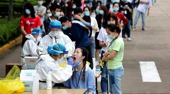 مواطنون يصطفون أمام أحد المراكز الصحية الميدانية في الصين (أرشيف)