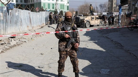 أحد عناصر الأمن الأفغاني في محيط تفجير في كابول (أرشيف)