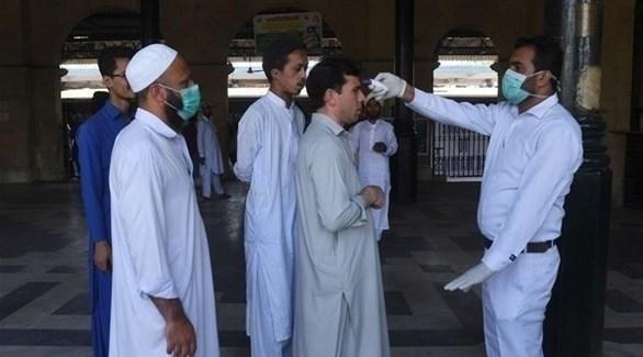 باكستانيون خلال إجراء فحص للكشف عن كورونا (أرشيف)