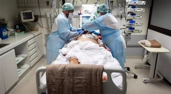 طاقم طبي يساعد مريضاً بفيروس كورونا في مستشفى بجنوب فرنسا (أرشيف)