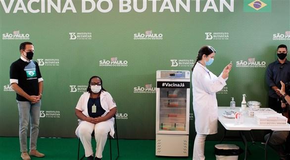 برازيليون في معهد بوتانتان للتطعيم ضد كورونا (أرشيف)