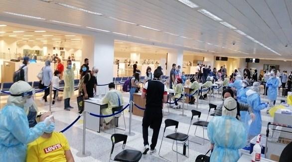 مسافرون يخضعون لكشف كورونا في مطار رفيق الحريري في بيروت (أرشيف)