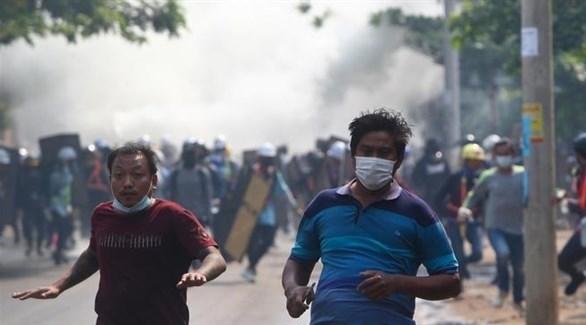جانب من المواجهات بين المحتجين والشرطة في ميانمار (أ ب )