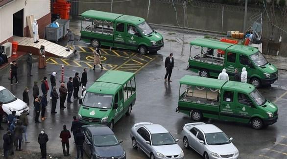 أتراك في موقف سيارات لنقل ضحايا كورونا إلى المقابر (أرشيف)