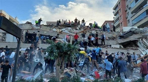 منقذون ومتطوعون بين أنقاض مبانٍ تركية بعد زلزال سابق (أرشيف)