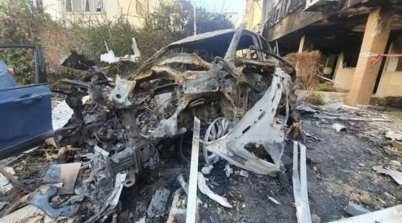 سيارة مدمرة جراء سقوط صاروخ في بيتح تكفا في تل أبيب (تويتر)