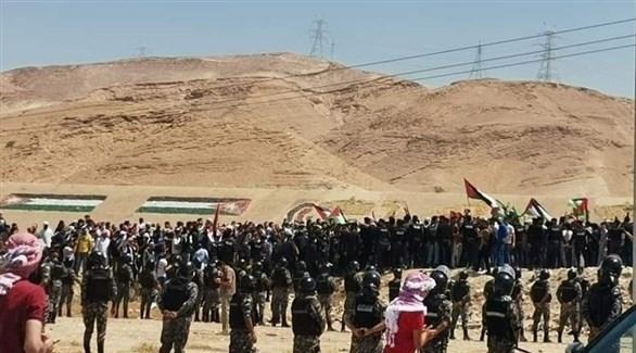 الشرطة الأردنية تتصدى للمحتجين على الحدود مع الضفة الغربية (تويتر)