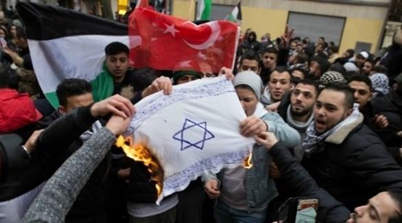متظاهرون في ألمانيا يحرقون علم إسرائيل (ألغيماينر)