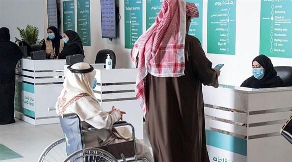 سعوديان في مركز للتطعيم ضد كورونا (أرشيف)
