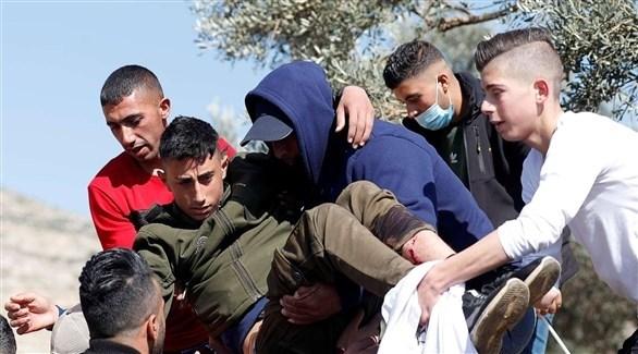 شبان فلسطينيون يُجلون مصاباً في المواجهات مع الاحتلال في الضفة الغربية (أرشيف)