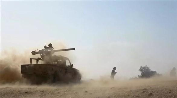 جنود يمنيون يقصفون موقعاً حوثياً (أرشيف)