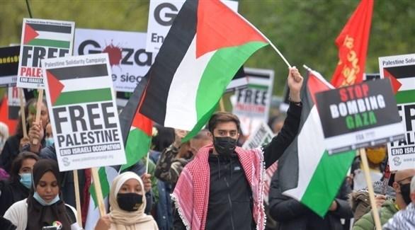 متظاهرون في لندن يطالبون بوقف قصف غزة (تويتر)