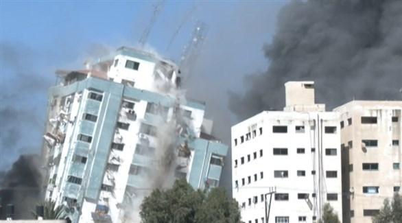 صورة متداولة للحظة استهداف برج الجلاء في غزة (فيسبوك)