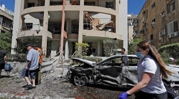 إسرائيليون يسيرون وسط منطقة استهدفت بصواريخ من غزة اليوم (ا ف ب)