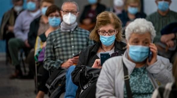 بريطانيون في مركز لتقديم اللقاحات المضادة لكورونا (غيتي)