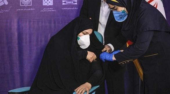 إيرانية تتلقى جرعة من لقاح مضاد لكورونا (أرشيف)