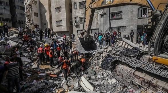 طواقم الدفاع المدني الفلسطيني تحاول البحث عن ناجين تحت ركام منزل قصفته إسرائيل (تويتر)