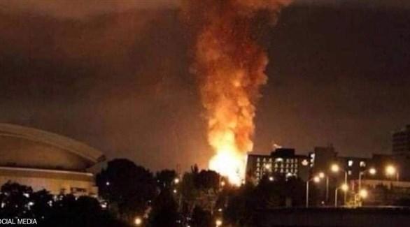 نيران تتصاعد من موقع تعرض لانفجار في طهران (أرشيف)
