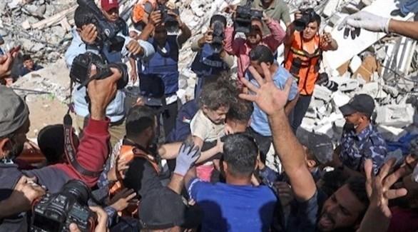 انتشال طفل من بين الأنقاض في غزة (أ ف ب)