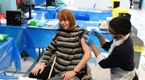 بريطانية تتلقى لقاحاً مضاداً لفيروس كورونا (أرشيف)