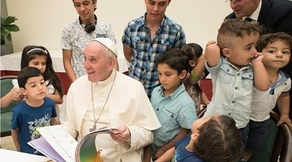 البابا فرانسيس مع مجموعة من الأطفال (أرشيف)