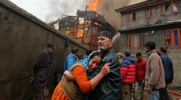 مواطنون أمام مستشفى وقع به حريق في الهند (رويترز)