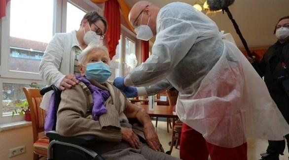 مسنة ألمانية تتلقى جرعة من لقاح كورونا (أرشيف)