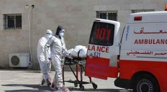 مسعفون ينقلون مصاباً بكوروناً إلى المستشفى (أرشيف)