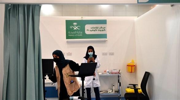 متطوعتان في مركز للتلقيح ضد كورونا بالسعودية (أرشيف)
