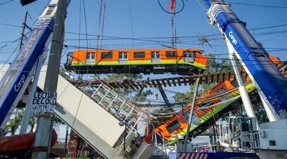 جانب من عملية إزالة القطار عن الجسر المتداعي في المكسيك (غيتي)
