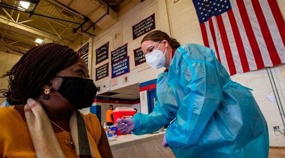 طبيبة أمريكية تعطي مواطنة جرعة من لقاح مضاد لكورونا (أرشيف)
