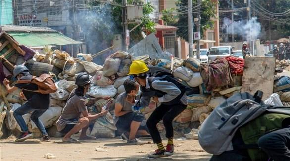 محتجون في ميانمار يحتمون من قنص الجيش (أرشيف)