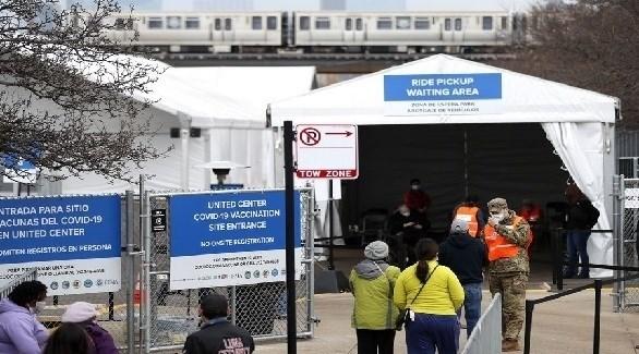 عسكري أمريكي ينظم الدخول إلى مركز ميداني للتطعيم ضد كورونا بشيكاغو (أرشيف)