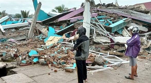 أندونيسيان أمام مخلفات زلزال سابق (أرشيف)