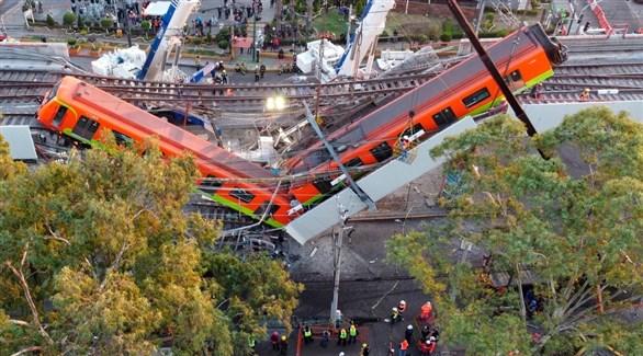 عربتان من ميترو نيومكسيكو معلقتان بعد انهيار الجسر (إنفو باي)