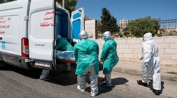 نقل مريض بكورونا لسيارة إسعاف في  الضفة الغربية (أرشيف)