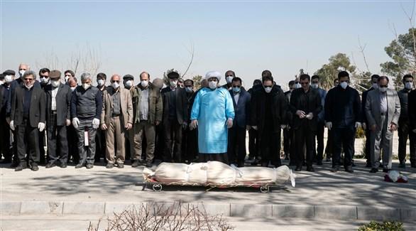 إيرانيون يصلون الجنازة على أحد ضحايا كورونا (أرشيف)