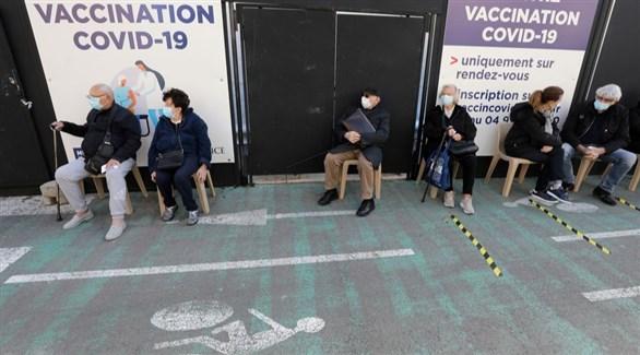 فرنسيون ينتظرون أدوارهم للتطعيم ضد كورونا (أرشيف)